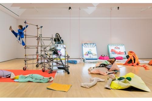Chloë Lum & Yannick Desranleau, An Autobiography of Air, 2019 Performance, performers: Ellen Slatkin, Lara Oundjian, Musée d'art contemporain de Montréal, Canada (curator: Marie-Ève Beaupré)