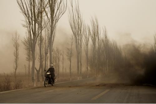 Benoit Aquin, La motocyclette, Mongolie Intérieure (série Le Dust Bowl chinois), 2006 Impression numérique à pigments de qualité archive Éd. 7 : 81 x 122 cm (32″ x 48″) Éd. 5 : 101 x 152 cm (40″ x 60″)