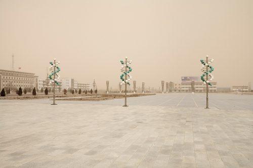 Benoit Aquin Tempête à Hongsibao, Ningxi (série Le Dust Bowl chinois) Storm in Hongsibao, Ningxi (The Chinese Dust Bowl), 2006 Impression numérique à pigments de qualité archive Archival pigment print Éd. 5 : 61 x 91 cm (24