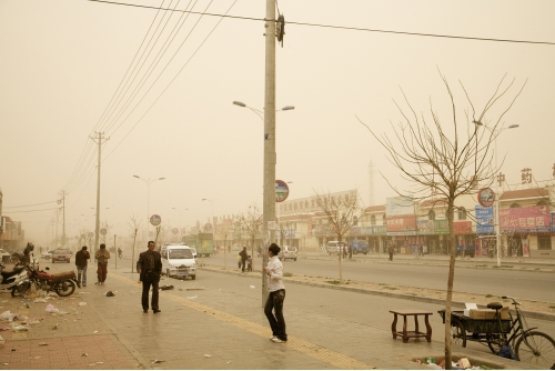 Benoit Aquin, Storm in Hongsibao, China (The Chinese Dust Bowl), 2007 Archival pigment print Ed. 5 : 81 x 122 cm (32″ x 48″) Ed. 7 : 101 x 152 cm (40″ x 60″)