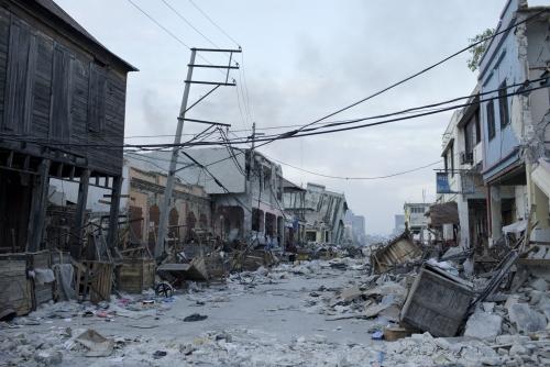 Benoit Aquin, Destruction dans le centre-ville, Port-au-Prince (Haïti), 2010 Impression numérique à pigments niveau archive Éd. 5 : 81 x 122 cm (32″ x 48″) Éd. 2 : 101 x 152 cm (40″ x 60″)