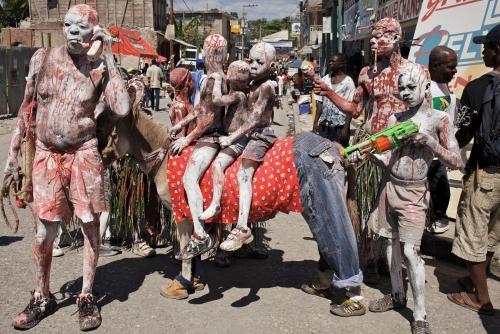 Benoit Aquin, Carnaval VIII, Jacmel (Haiti), 2011 Impression numérique à pigments niveau archive Éd. 7 : 81 x 122 cm (32″ x 48″) Éd. 5 : 101 x 152 cm (40″ x 60″)