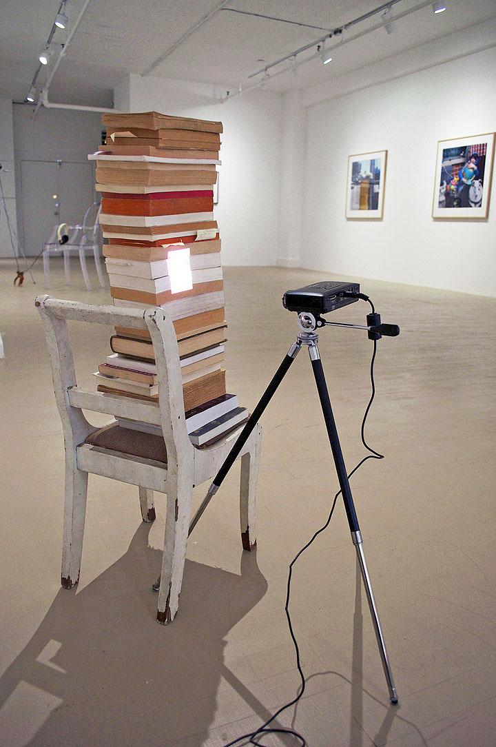 Ève K. Tremblay, Générations de bibliothèques, 2012, chaise, livres, projecteurs et trépied, chair, books, projector and tripod, 34
