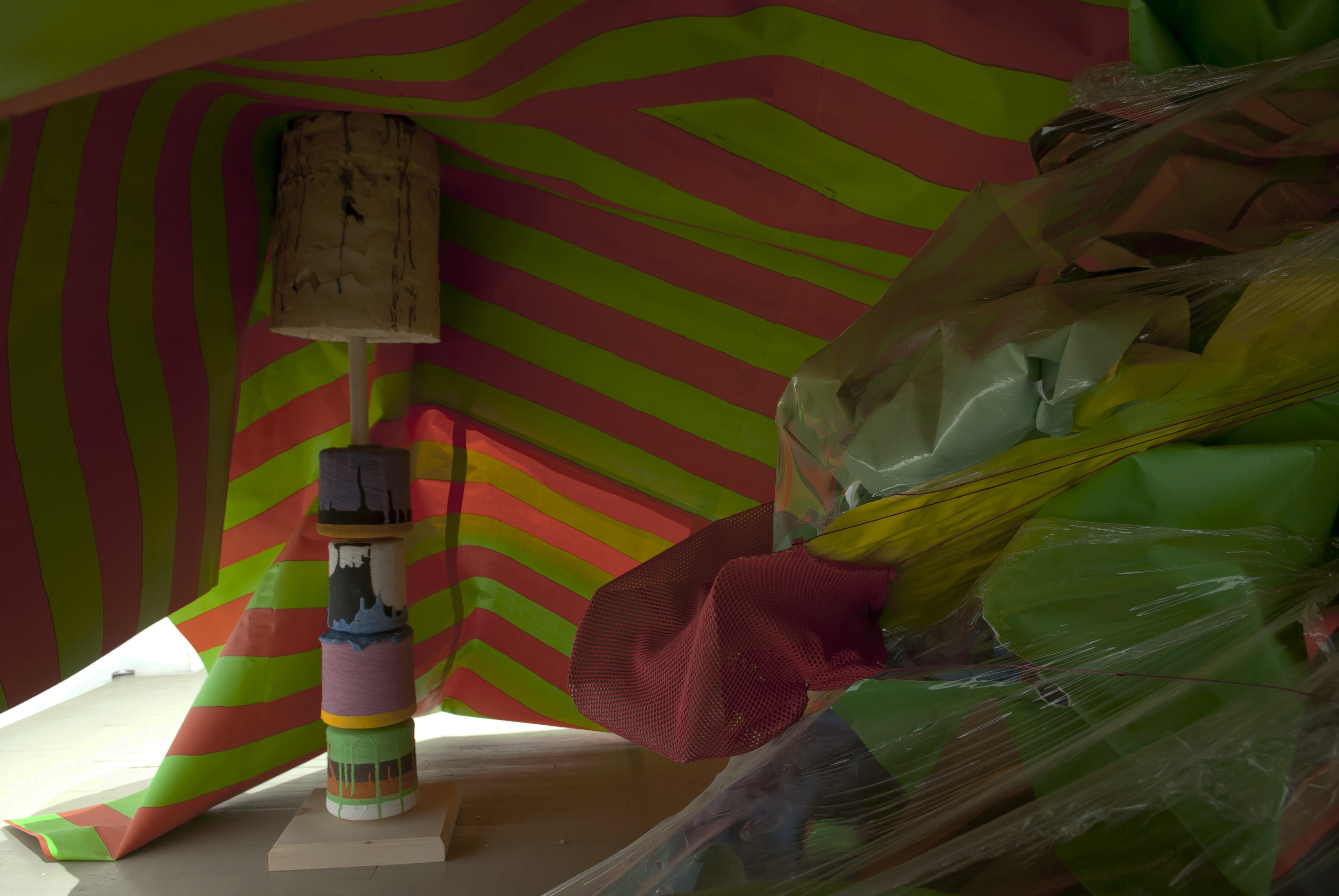 Séripop, This Peculiar Bias Will Nonetheless Set Up A Vast Field For The Unforeseen, 2013, Papier sérigraphié, bois, chaises, tabouret, rochets, mousse polyuréthane, gouache, serre-joints, film de PVC, tissu, corde, caoutchouc, Screen printed paper, wood, chairs, stool, spools, polyurethane foam, tempera, c-clamps, PVC shrink wrap, fabric, rope, rubber (photo : Éliane Excoffier)