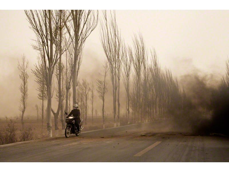 Benoit Aquin, La motocyclette, Mongolie Intérieure (Le Dust Bowl chinois), 2006, impression digitale, digital print, éd 7, 32