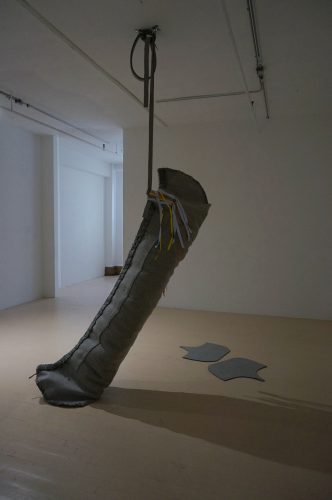 Maria Hupfield Jiimaan (Canoe), 2015 Canoe en feutre, ruban, sac et système d'accrochage, et banière en feutre avec ruban Felt canoe, ribbon, bag. hanging system and felt banner with ribbon 274 cm long (9' long)