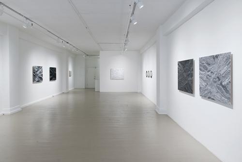Julie Trudel, Noir de fumée et blanc de titane, 2013  Galerie Hugues Charbonneau (photo : Éliane Excoffier)