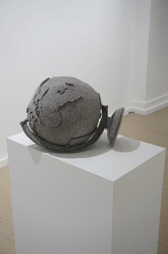 """Maria Hupfield Universal Parallels 2014 Feutre, fil à coudre Felt, sowing tread 30 x 31 x 39 cm (12"""" x 12 ¼"""" x 15 ½"""") Éd. unique"""