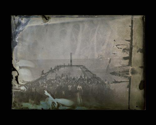 Maryse Goudreau Manifestation pour la mémoire des quais (détail) 2011 Négatif de verre au collodion humide numérisé, Impression jet d'encre, papier baryté Digitaslised collodion glass negative, inkjet print  Ed. 5 2 comp. : 100 cm x 80 cm ch. | ea.