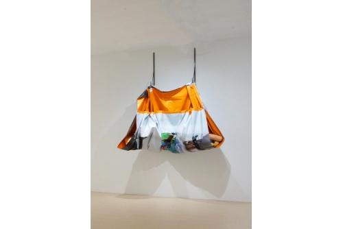 Yannick Desranleau et Chloe Lum (SÉRIPOP), Big Sack I, 2015 Jet d'encre sur banière de vinyle, acier et techniques mixtes 228 x 294 x 76 cm (89 3/4 '' x 115, 3/4 ''x 30 '')