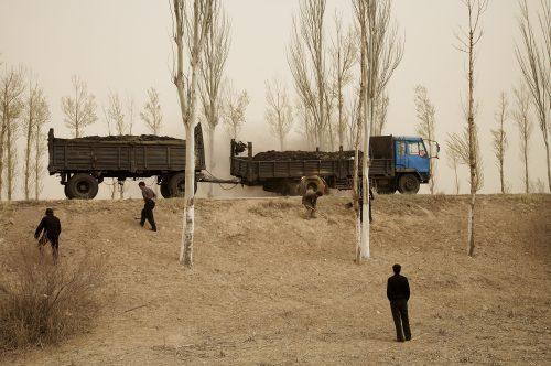 Benoit Aquin Camion en feu (Le Dust Bowl chinois), 2006 Impression numérique à pigments de qualité archive Archival pigment print Éd. 7 : 81 x 122 cm (32
