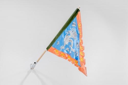 """Karen Tam, 金山夢 Gold Mountain Dreams (Flag), 2021 Broderie, paillettes, satin, denim Drapeau : 81,28 x 88,9 cm (32"""" x 35"""") Pôle : 130 cm (51″)"""