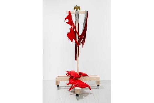 Maria Hupfield, Guts + Fringe, 2011 – Vinyl rouge, rembourage en polyester, feutre, objet trouvé, structure en bois sur roues 18 000 $