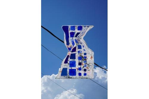 Jean-Benoit Pouliot, Looking Up (série Un monde qui se retourne), 2021 Digital print with UV treatment on Dibond aluminium composite panel 127 x 84 cm (50″ x 33″)